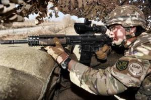 DMR en Afghanistan utilizando el visor de seis aumentos de su L129A1