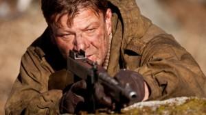 Sean Bean en la película Commando que versión la novela de Ian Fleming