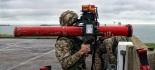 Royal Marine dispuesto a ejecutar un lanzamiento desde el hombro de un misil antiaéreo