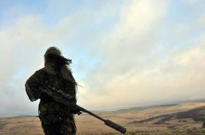 Francotirador británico en el desierto con un L96
