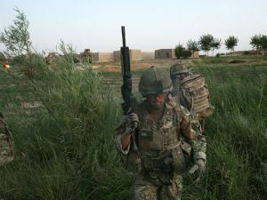 Un Sargento Mayor de los RMC echa un vistazo en busca de IEDs en la operación Zamrod Pak. La obtención de información es la principal misión del 30 Commando.
