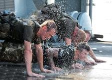 Un grupo de marines realizan fondos en la cubierta de un buque. La principal ventaja de los fondos es que se pueden realizar en cualquier sitio