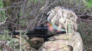 Mira Specter con docter sobre un L85A2. Empuñando el pistolete aparece un guante en MTP. (Foto: CF)