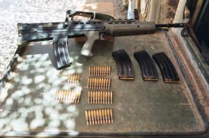 El L85A2 dispara munición 5.56mm en un cargador de 30 balas