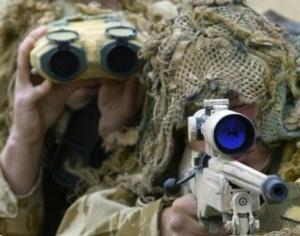 El binomio de observadores formado por sniper y puttering serán los encargados de proporcionar seguridad al grupo además de vigilar al objetivo