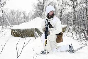 Las prácticas de tiro incluyen también el mantenimiento del arma en estas condiciones extremas. © Crown Property
