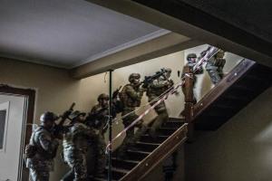 Las edificaciones permitieron practicar modalidades de asalto CQB. Foto Samuel Correa