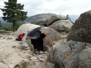 """El primero de los búnkers que encontramos presenta un estado semi abandonado, si bien admite más de una """"dormida"""". Foto: @ 30 Commando Madrid"""