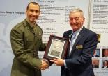 El Mayor Robert Thorpe recibe el galardón de la mano del Asesor para la defensa internacional John Clifford OBE