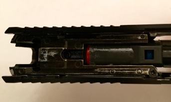 Detalle del nozzle y la goma del hop. Se supone que al ser rojo permite utilizar tanto gas como CO2... veremos si no nos cargamos el arma cuando nos llegue el cargador.